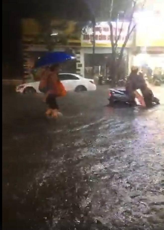 [CẬP NHẬT] Hà Nội mưa xối xả, nhiều tuyến phố ngập rất sâu - Ảnh 5.