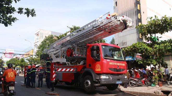 Cháy lớn tại quán Karaoke ở Đà Nẵng, hàng trăm cảnh sát tham gia dập lửa - Ảnh 1.