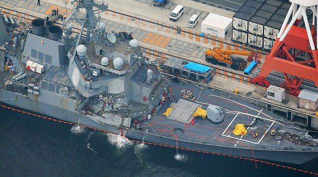 Tàu khu trục Mỹ hư hại nặng sau vụ va chạm với tàu hàng Philippines. (Ảnh: Reuters)