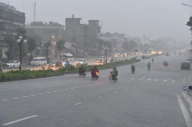 Mưa lớn trút xuống vào giờ tan tầm, ô tô xếp hàng dài trên đường phố Hà Nội - Ảnh 2.