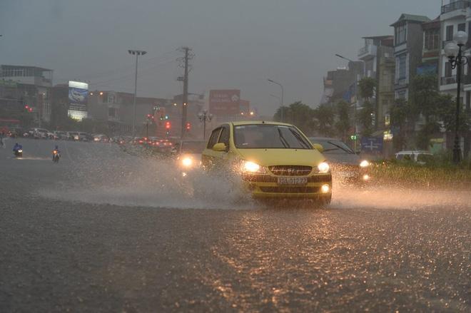 Mưa lớn trút xuống vào giờ tan tầm, ô tô xếp hàng dài trên đường phố Hà Nội - Ảnh 5.