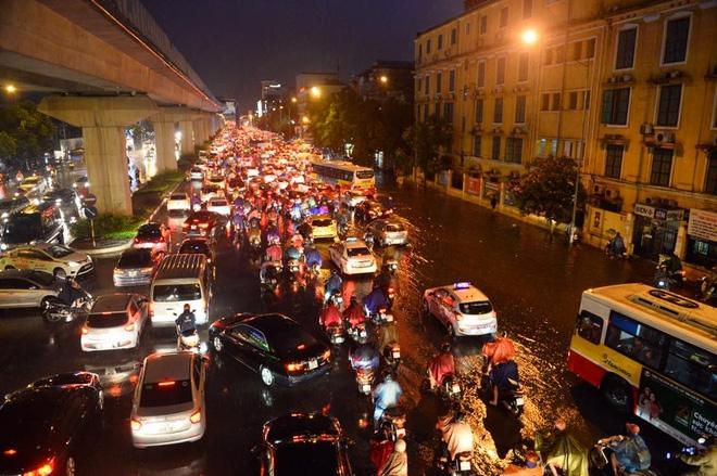 Mưa lớn trút xuống vào giờ tan tầm, ô tô xếp hàng dài trên đường phố Hà Nội - Ảnh 8.