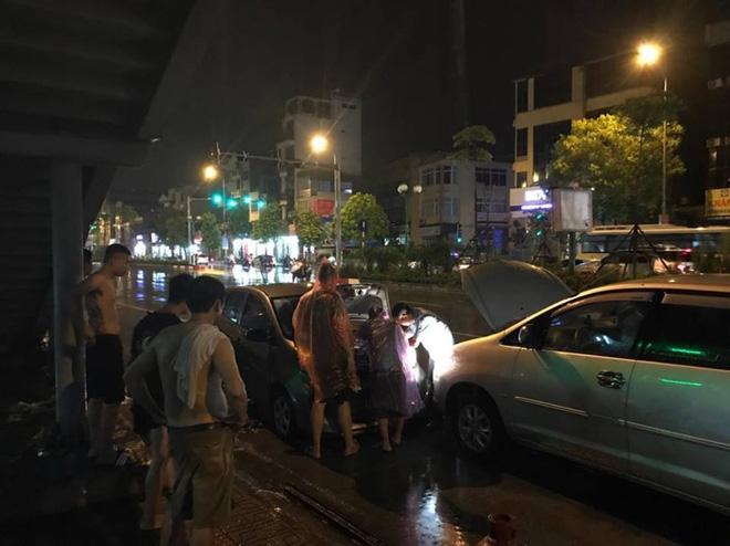 Mưa lớn trút xuống vào giờ tan tầm, ô tô xếp hàng dài trên đường phố Hà Nội - Ảnh 15.