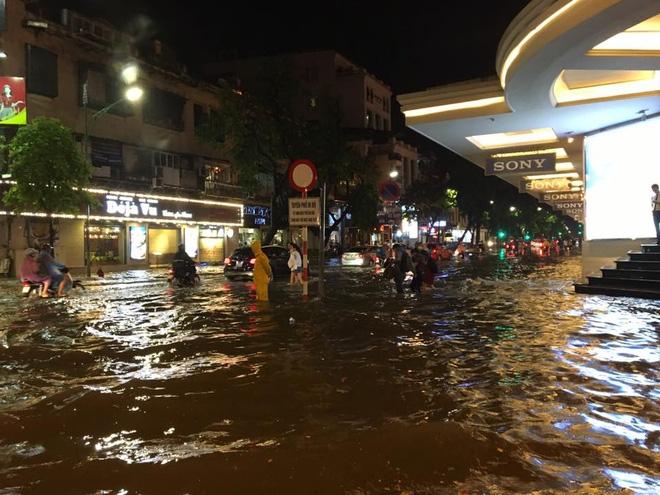 Mưa lớn trút xuống vào giờ tan tầm, ô tô xếp hàng dài trên đường phố Hà Nội - Ảnh 17.