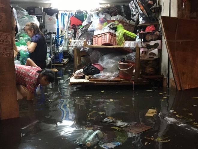 Mưa lớn trút xuống vào giờ tan tầm, ô tô xếp hàng dài trên đường phố Hà Nội - Ảnh 28.