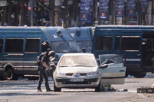 Pháp: Đại lộ Champs Elysees nháo nhào sơ tán - Ảnh 5.