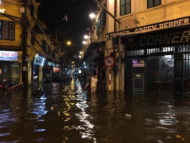Phố Tây Tạ Hiện ngập kinh hoàng sau mưa lớn, xe máy ngâm nước la liệt! - Ảnh 2.