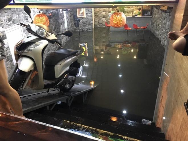 Phố Tây Tạ Hiện ngập kinh hoàng sau mưa lớn, xe máy ngâm nước la liệt! - Ảnh 5.