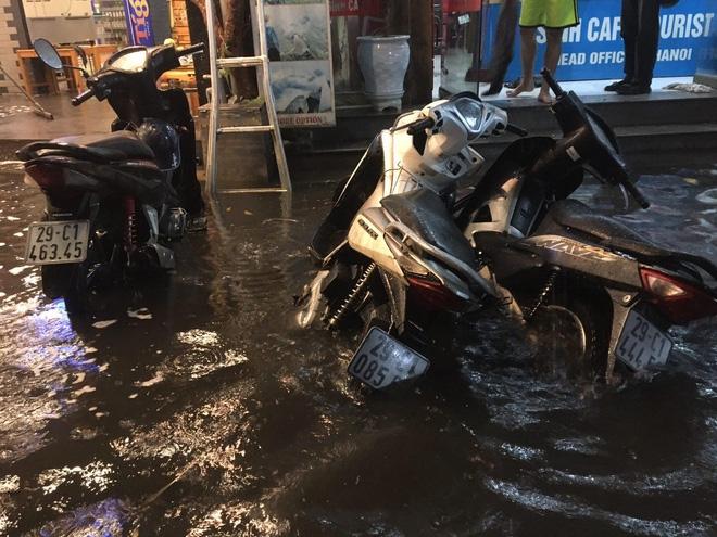 Phố Tây Tạ Hiện ngập kinh hoàng sau mưa lớn, xe máy ngâm nước la liệt! - Ảnh 9.