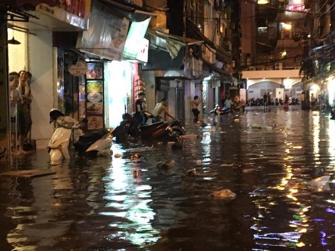 Phố Tây Tạ Hiện ngập kinh hoàng sau mưa lớn, xe máy ngâm nước la liệt! - Ảnh 11.