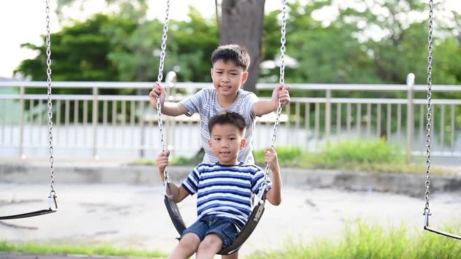 Cho con đi công viên vào mùa hè, bố mẹ phải biết các quy tắc an toàn dưới đây - Ảnh 1.