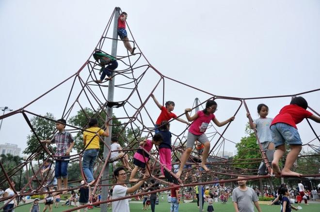 Cho con đi công viên vào mùa hè, bố mẹ phải biết các quy tắc an toàn dưới đây - Ảnh 2.