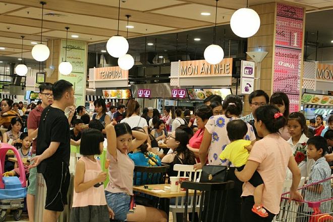 Clip: Vô tư bốc bánh, nếm bánh bằng tay trong siêu thị - chuyện buồn về ý thức mua hàng của người Việt - Ảnh 2.