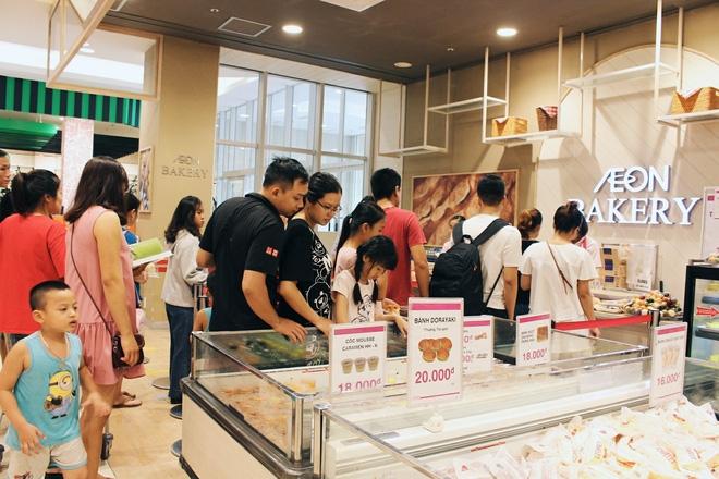 Clip: Vô tư bốc bánh, nếm bánh bằng tay trong siêu thị - chuyện buồn về ý thức mua hàng của người Việt - Ảnh 3.