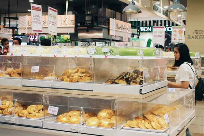 Clip: Vô tư bốc bánh, nếm bánh bằng tay trong siêu thị - chuyện buồn về ý thức mua hàng của người Việt - Ảnh 4.