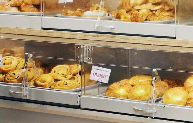 Clip: Vô tư bốc bánh, nếm bánh bằng tay trong siêu thị - chuyện buồn về ý thức mua hàng của người Việt - Ảnh 5.