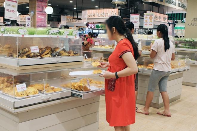 Clip: Vô tư bốc bánh, nếm bánh bằng tay trong siêu thị - chuyện buồn về ý thức mua hàng của người Việt - Ảnh 7.