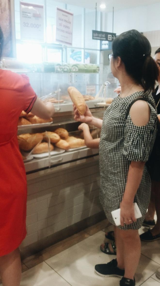 Clip: Vô tư bốc bánh, nếm bánh bằng tay trong siêu thị - chuyện buồn về ý thức mua hàng của người Việt - Ảnh 6.