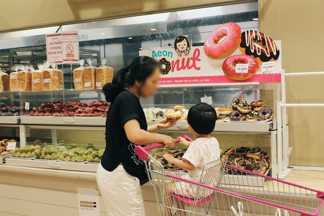 Clip: Vô tư bốc bánh, nếm bánh bằng tay trong siêu thị - chuyện buồn về ý thức mua hàng của người Việt - Ảnh 8.