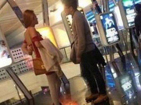 Chàng trai bị bạn gái bỏ chỉ vì hành động mở cửa ở trung tâm thương mại