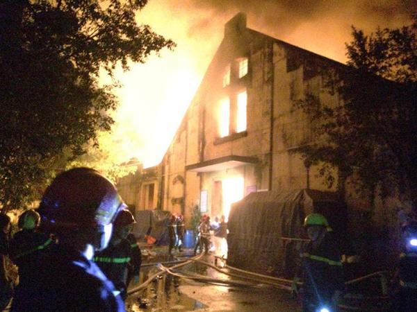 Cháy lớn kèm nhiều tiếng nổ trong nhà kho ở cảng Sài Gòn