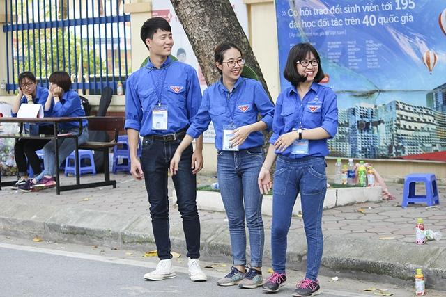 Màu áo tình nguyện có mặt ở khắp các điểm thi, nở nụ cười tươi chào đón các thí sinh.