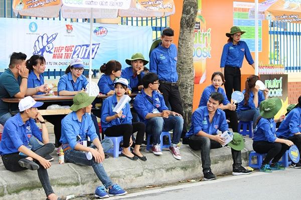 Dù thời tiết khá oi bức nhưng các bạn tình nguyện viên vẫn túc trực tại các điểm thi để sẵn sàng giúp đỡ phụ huynh và học sinh.