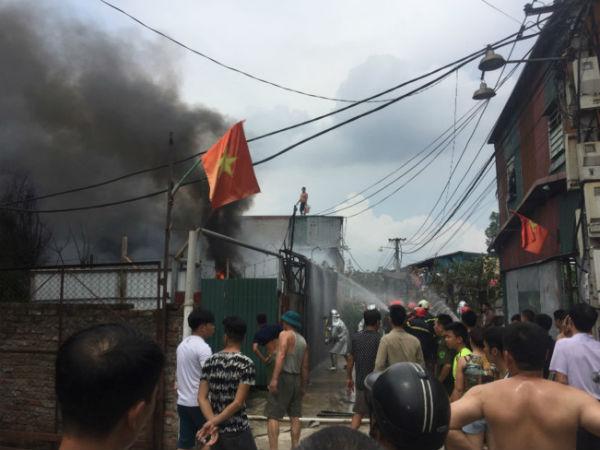 Chủ xưởng ngất xỉu khi 300 m2 nhà kho bốc cháy