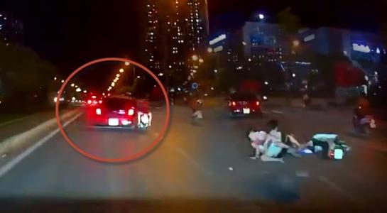 Bị tạt đầu, ô tô ép té xe máy kẹp 3 trẻ trâu Hà Nội không mũ bảo hiểm