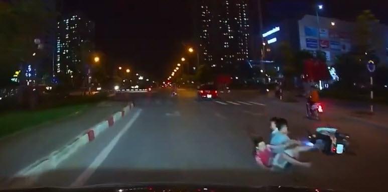 Bị tạt đầu, ô tô ép té xe máy kẹp 3 trẻ trâu Hà Nội không mũ bảo hiểm - 1