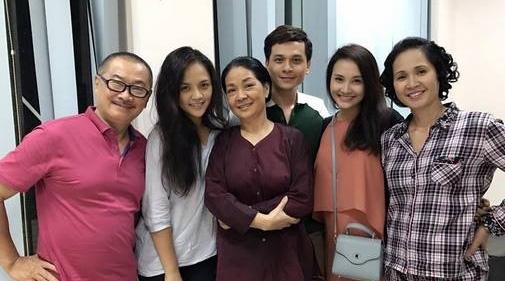 Cảnh các diễn viên gặp lại nhau để tiến hành quay thêm 2 tập cuối. Ảnh: FBNV.