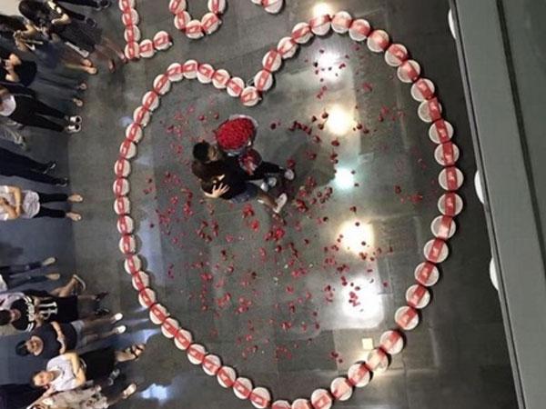 HOT: Cầu hôn bằng 99 hộp tôm hùm, chàng trai thành công ngoài mong đợi