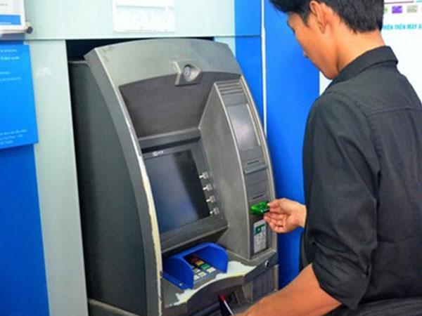 Tăng phí rút tiền ngoại mạng qua ATM: Ngân hàng ngày càng... tận thu?