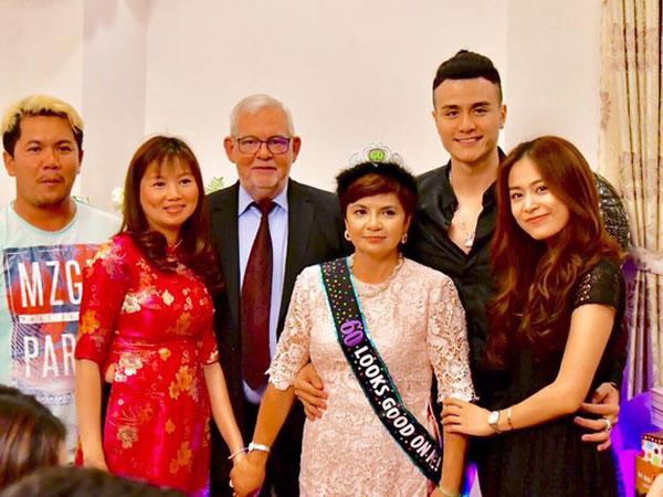 Vĩnh Thụy ôm eo Hoàng Thuỳ Linh trong tiệc sinh nhật của mẹ