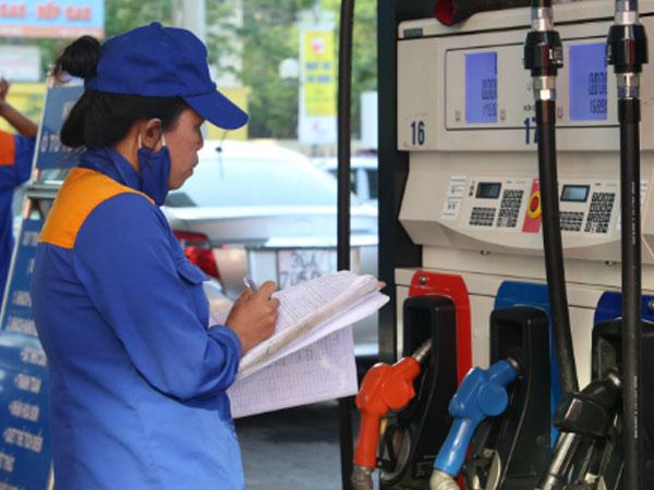 Xăng trước áp lực giảm giá ngày mai
