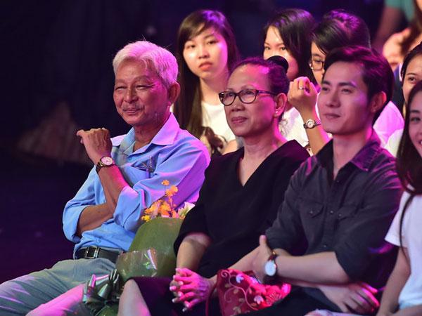Bố Jun Phạm khóc trên sóng
