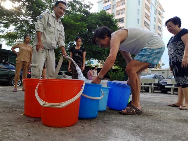 Hà Nội: Thiếu nước sinh hoạt, nhiều gia đình KĐT Đại Kim ngậm ngùi bỏ 3 triệu đồng/20 ngày mua nước sạch - 1