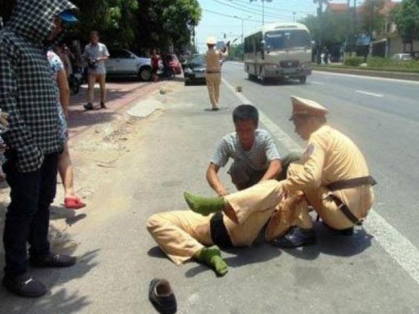 Xô ngã, gây sự với cảnh sát giao thông để bạn quay video