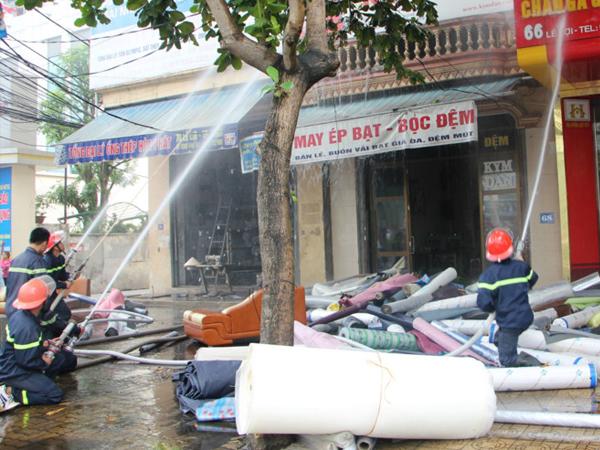 Cháy lớn tại cửa hàng bọc đệm cao 3 tầng