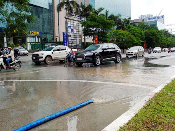 Hà Nội: Hàng nghìn hộ dân mất nước vì đơn vị thi công làm vỡ đường ống nước sạch Sông Đà