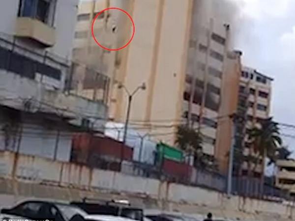 Sốc cảnh người đàn ông nhảy từ tầng 9 của tòa nhà đang cháy