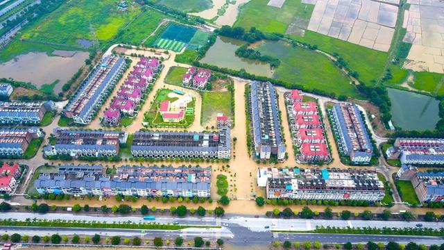Các khu đô thị nằm trên đường Lê Trọng Tấn (An Khánh, Hoài Đức) cũng bị ngập nặng. Nhiều nơi bị cô lập hoàn toàn, cuộc sống của người dân bị đảo lộn nghiêm trọng.