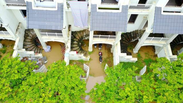 Các tầng hầm của dãy biệt thự gần đường Lê Trọng Tấn chìm trong biển nước. Nhiều xe máy vẫn còn mắc kẹt trong hầm để xe