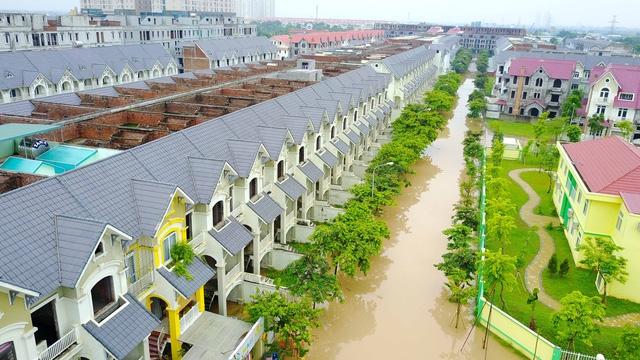 Khu đô thị nằm trên đường Lê Trọng Tấn biến thành sông sau cơn mưa lớn vào rạng sáng ngày 13/7