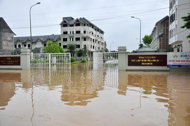 Theo ghi nhận của Pv đến khoảng gần 12h giờ trưa, khu vực đường Lê Trọng Tấn, nhiều đoạn vẫn ngập khá sâu. Nhiều người dân phải di chuyển đồ đạc và tìm cách ngăn không cho nước chảy vào nhà.