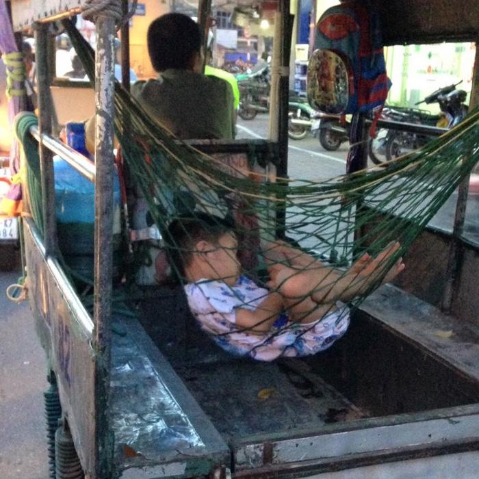 Hình ảnh xúc động: Giấc ngủ ngon lành của cậu bé trên chiếc võng phía sau xe ba gác của bố - Ảnh 2.