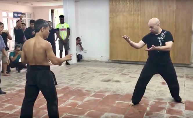 Võ sư Đoàn Bảo Châu (trái) đấu với võ sư phái Vịnh Xuân Nam Anh Pierre Francois Flores /// Ảnh cắt từ clip