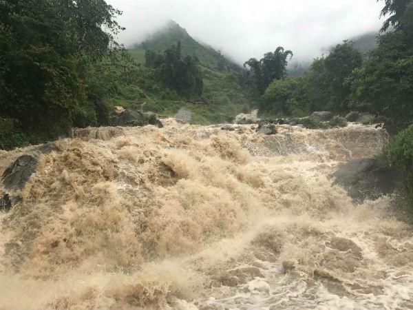 Nước đổ như thác muốn cuốn phăng tất cả ở Sa Pa