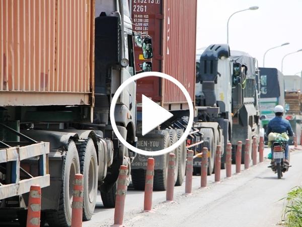 Video: Kẹt xe thường xuyên ở cảng Cát Lái, tài xế ăn ngủ trên đường