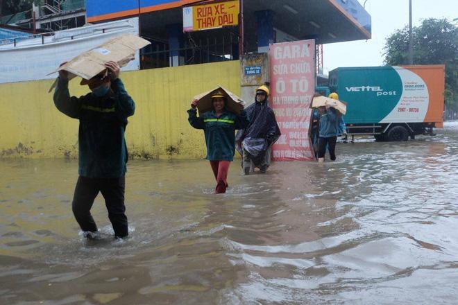 Chùm ảnh: Người Hà Nội mặc áo mưa ăn trưa giữa đường phố ngập lênh láng - Ảnh 4.